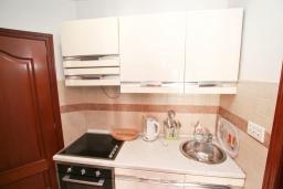 Кухня. Черногория, Игало : Апартамент с отдельной спальней, с большим балконом, 50 метров до моря