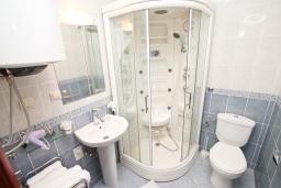Ванная комната. Черногория, Игало : Апартамент с отдельной спальней, с большим балконом, 50 метров до моря