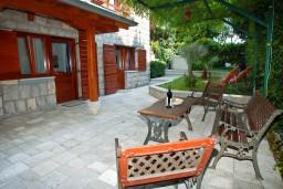 Терраса. Черногория, Бечичи : Дом в Бечичи с 5-ю спальнями, с закрытой территорией с садом и бассейном и крытой террасой.