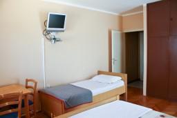 Студия (гостиная+кухня). Черногория, Рафаиловичи : Студия с видом на море, 10 метров от пляжа