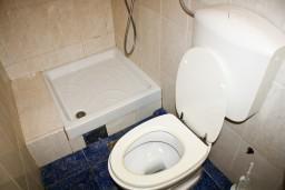 Ванная комната. Черногория, Рафаиловичи : Студия с видом на море, 10 метров от пляжа