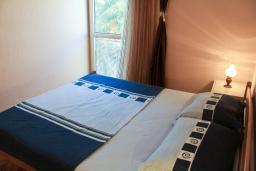 Черногория, Рафаиловичи : Апартамент для 4 человек на набережной Рафаиловичи с большим балконом и шикарным видом на море