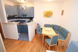 Кухня. Черногория, Рафаиловичи : Апартамент с гостиной и спальней на 1 этаже с большой террасой