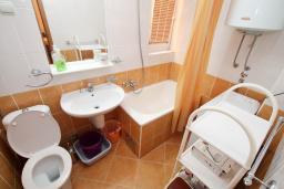 Ванная комната. Черногория, Рафаиловичи : Апартамент с гостиной и спальней на 1 этаже с большой террасой