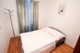 Спальня. Черногория, Рафаиловичи : Апартамент с гостиной и спальней на 1 этаже с большой террасой
