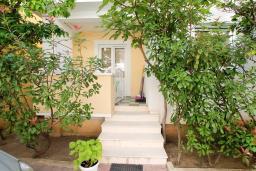 Вход. Черногория, Рафаиловичи : Апартамент с гостиной и спальней на 1 этаже с большой террасой