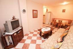 Гостиная. Черногория, Рафаиловичи : Полностью оборудованный апартамент со стиральной и посудомоечной машиной, террасой, в 2 минутах от пляжа Рафаиловичи