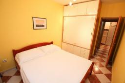 Спальня. Черногория, Рафаиловичи : Полностью оборудованный апартамент со стиральной и посудомоечной машиной, террасой, в 2 минутах от пляжа Рафаиловичи