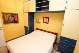 Спальня. Черногория, Рафаиловичи : Трёхкомнатный апартамент на 4-5 человек с 2 отдельными спальнями, с уютной террасой на 1 этаже