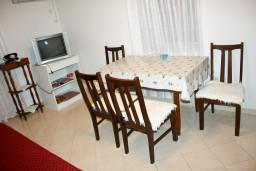 Обеденная зона. Черногория, Рафаиловичи : Апартамент с видом на море, 70 метров от пляжа