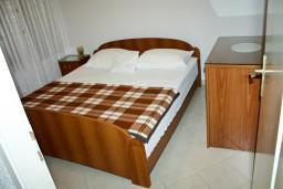 Спальня. Черногория, Рафаиловичи : Апартамент с видом на море, 70 метров от пляжа