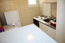 Кухня. Черногория, Рафаиловичи : Апартамент с видом на море, 70 метров от пляжа