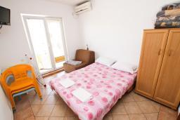 Спальня. Черногория, Рафаиловичи : Апартаменты на 4-5 персон с видом на море, 2 спальни, 50 метров от пляжа