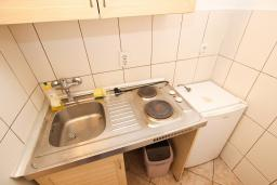 Кухня. Черногория, Рафаиловичи : Апартаменты на 4-5 персон с видом на море, 2 спальни, 50 метров от пляжа