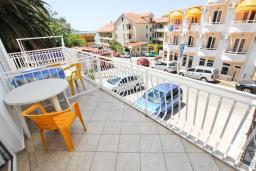 Балкон. Черногория, Рафаиловичи : Апартаменты на 4-5 персон с видом на море, 2 спальни, 50 метров от пляжа