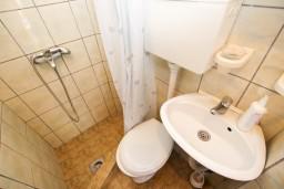 Ванная комната. Черногория, Рафаиловичи : Студия с видом на море, 50 метров от пляжа