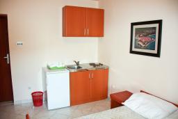 Кухня. Черногория, Бечичи : Студия в Бечичи с балконом