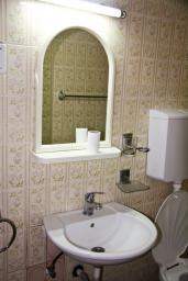 Ванная комната. Черногория, Бечичи : Студия в Бечичи с балконом