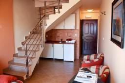 Лестница наверх. Черногория, Бечичи : Двухэтажный апартамент с уютным балкончиком и живописным видом на море