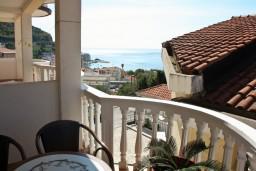 Балкон. Черногория, Бечичи : Двухэтажный апартамент с уютным балкончиком и живописным видом на море