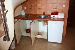 Кухня. Черногория, Бечичи : Двухэтажный апартамент с уютным балкончиком и живописным видом на море