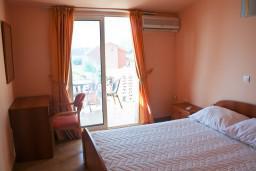 Спальня. Черногория, Бечичи : Двухэтажный апартамент с уютным балкончиком и живописным видом на море