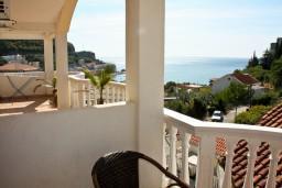 Вид на море. Черногория, Бечичи : Двухэтажный апартамент с уютным балкончиком и живописным видом на море