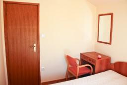 Спальня. Черногория, Бечичи : Двухкомнатный апартамент с балконом и видом на море