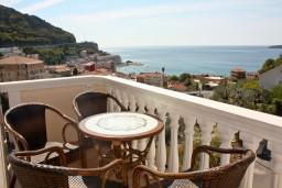 Вид на море. Черногория, Бечичи : Двухкомнатный апартамент с балконом и видом на море