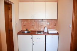 Кухня. Черногория, Бечичи : Двухкомнатный апартамент с балконом и видом на море
