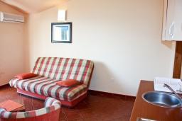 Гостиная. Черногория, Бечичи : Большой апартамент 45м2 с джакузи, огромным балконом-террасой с неповторимым видом на море и Рафаиловичи