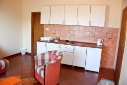 Кухня. Черногория, Бечичи : Большой апартамент 45м2 с джакузи, огромным балконом-террасой с неповторимым видом на море и Рафаиловичи