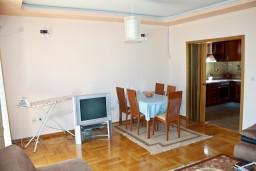 Гостиная. Черногория, Бечичи : Люкс апартамент 2 спальни 90м2 в Бечичи, 2 ванные комнаты