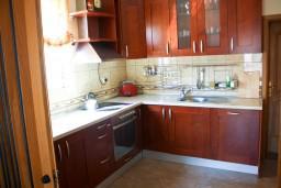 Кухня. Черногория, Бечичи : Люкс апартамент 2 спальни 90м2 в Бечичи, 2 ванные комнаты
