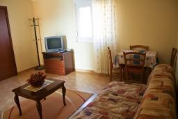 Гостиная. Черногория, Бечичи : Апартамент в Бечичи с балконом с видом на море