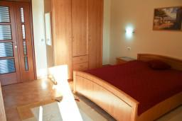 Спальня. Черногория, Бечичи : Апартамент в Бечичи с балконом с видом на море