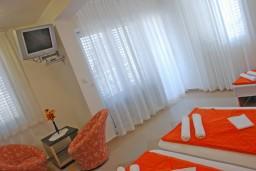 Студия (гостиная+кухня). Черногория, Бечичи : Студия в Бечичи с видом на море