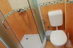 Ванная комната. Черногория, Бечичи : Студия в Бечичи с видом на море