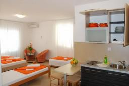 Студия (гостиная+кухня). Черногория, Бечичи : Студия с балконом с видом на море
