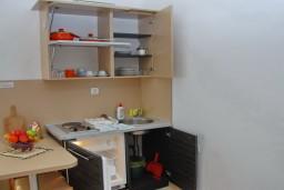 Кухня. Черногория, Бечичи : Студия с балконом с видом на море