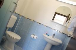Ванная комната. Черногория, Бечичи : Студия в Бечичи в 200 метрах от моря