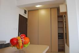 Гардеробная / шкаф. Черногория, Бечичи : Студия с балконом с видом на море