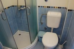 Ванная комната. Черногория, Бечичи : Студия с балконом с видом на море