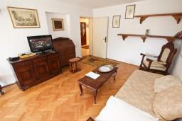 Гостиная. Черногория, Бечичи : Апартаменты на 6 персон, 2 отдельные спальни
