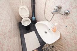 Туалет. Черногория, Бечичи : Апартаменты на 6 персон, 2 отдельные спальни