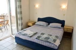 Спальня. Черногория, Бечичи : Апартамент с отдельной спальней и с видом на море