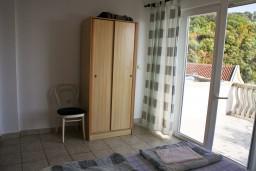 Гардеробная / шкаф. Черногория, Бечичи : Апартамент с отдельной спальней и с видом на море