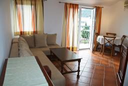 Гостиная. Черногория, Бечичи : Апартаменты с балконом с видом на море