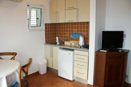 Кухня. Черногория, Бечичи : Апартаменты с балконом с видом на море