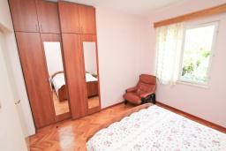 Спальня. Черногория, Игало : Апартамент с отдельной спальней, с большим балконом, 50 метров до моря
